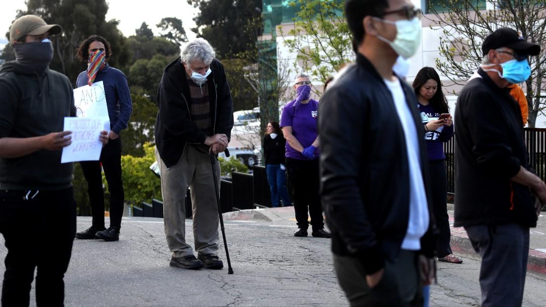 Foto: Jovenes y ancianos usan cubreboca. Getty Images