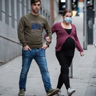 Foto: Una mujer embarazada usa cubreboca. Getty Images
