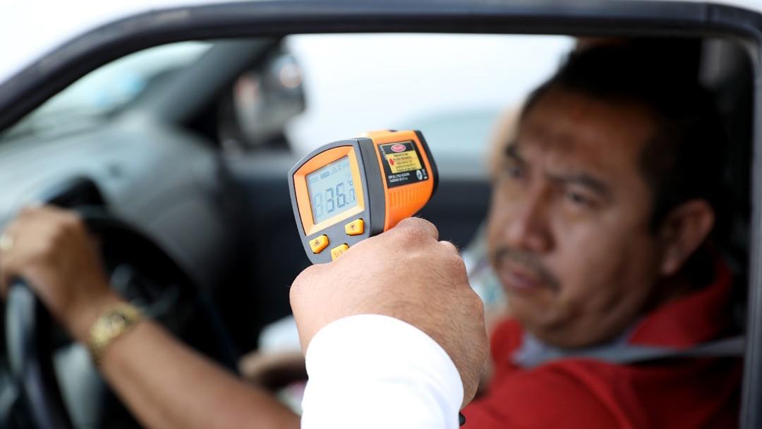 Foto: Personal sanitario toma la temperatura a un señor. Cuartoscuro