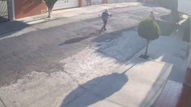 FOTO Video: Hombre con pala trata de asaltar a mujer en fraccionamiento de Morelia (Facebook)