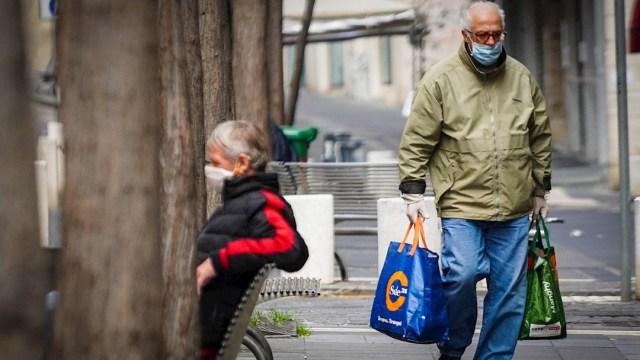 Foto: Dos adultos mayores durante la emergencia de Coronavirus en Nápoles, Italia, 22 marzo 2020