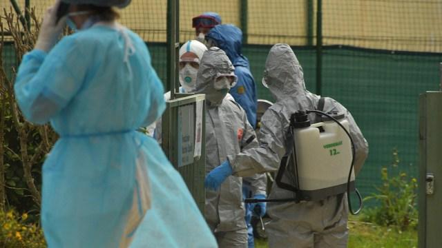 Foto: Personal sanitario lleva a cabo una desinfección de una casa de retiro para ancianos en Lombardia, 28 marzo 2020