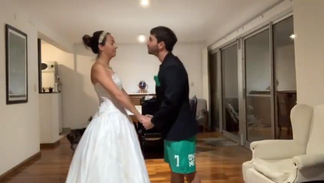 Video: Pareja celebra boda virtual por COVID-19