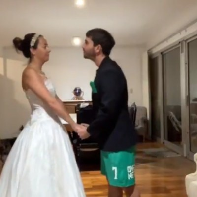 Video: Pareja celebra boda en 'distanciamiento social' por COVID-19