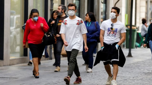 Las autoridades nacionales, locales y regionales de España restringen cada vez más todas las actividades que impliquen aglomeraciones. (Foto: Reuters)