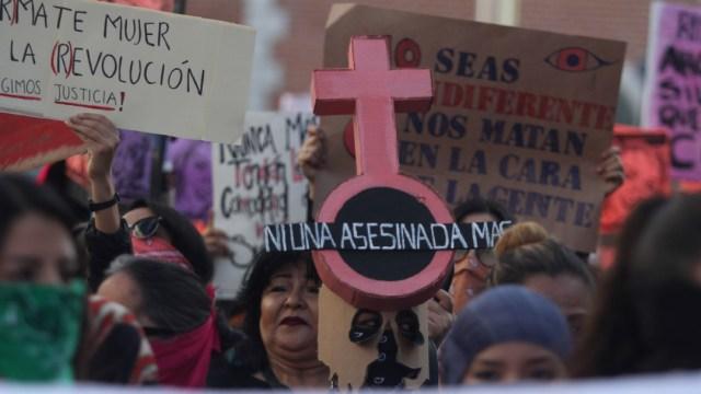 Foto: Un grupo de activistas marchan eN México contra la violencia hacia las mujeres, 8 marzo 2020