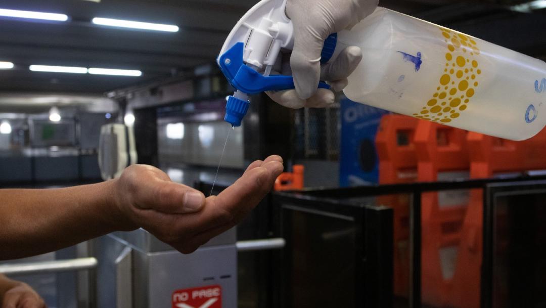 Trabajadores del Metro ofrecen gel antibacterial a los pasajeros, 26 marzo 2020