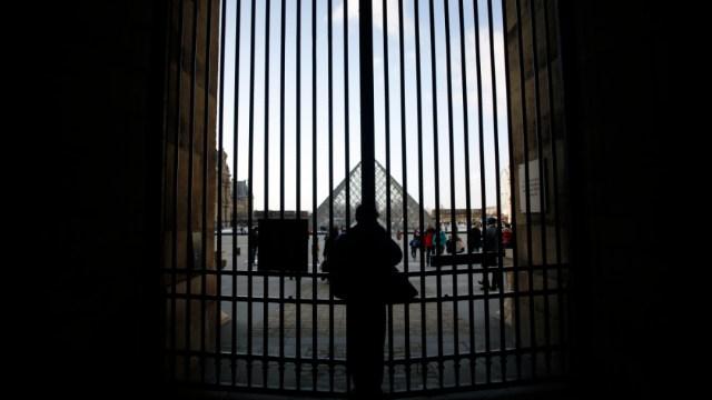fOTO:Un hombre se apoya contra las puertas del museo del Louvre, en París., 1 MARZO 2020