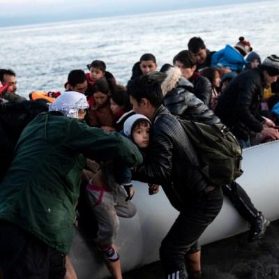 Video: Guardacostas de Grecia intentan volcar bote de refugiados, niño muere ahogado