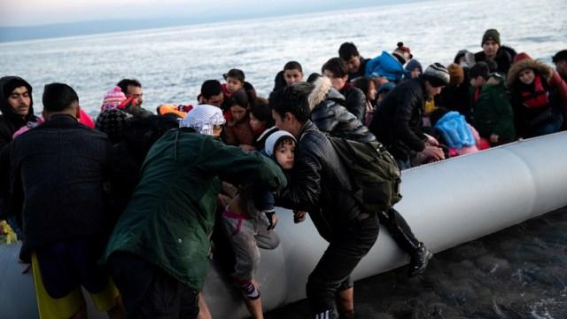FOTO: Niño se ahoga frente a costas griegas en primera muerte reportada tras apertura de frontera turca, el 02 de marzo de 2020
