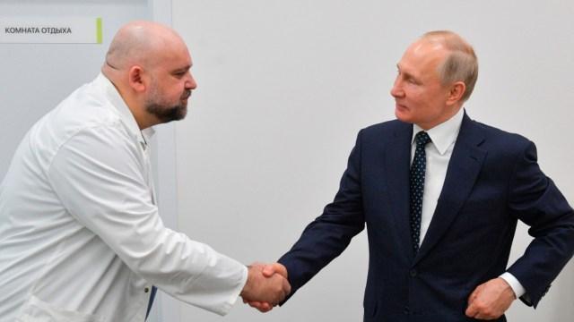 Foto: Médico que se reunió con Putin da positivo por coronavirus