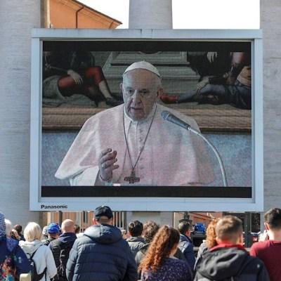 Papa Francisco reza el ángelus vía 'streaming' en una plaza con baja afluencia