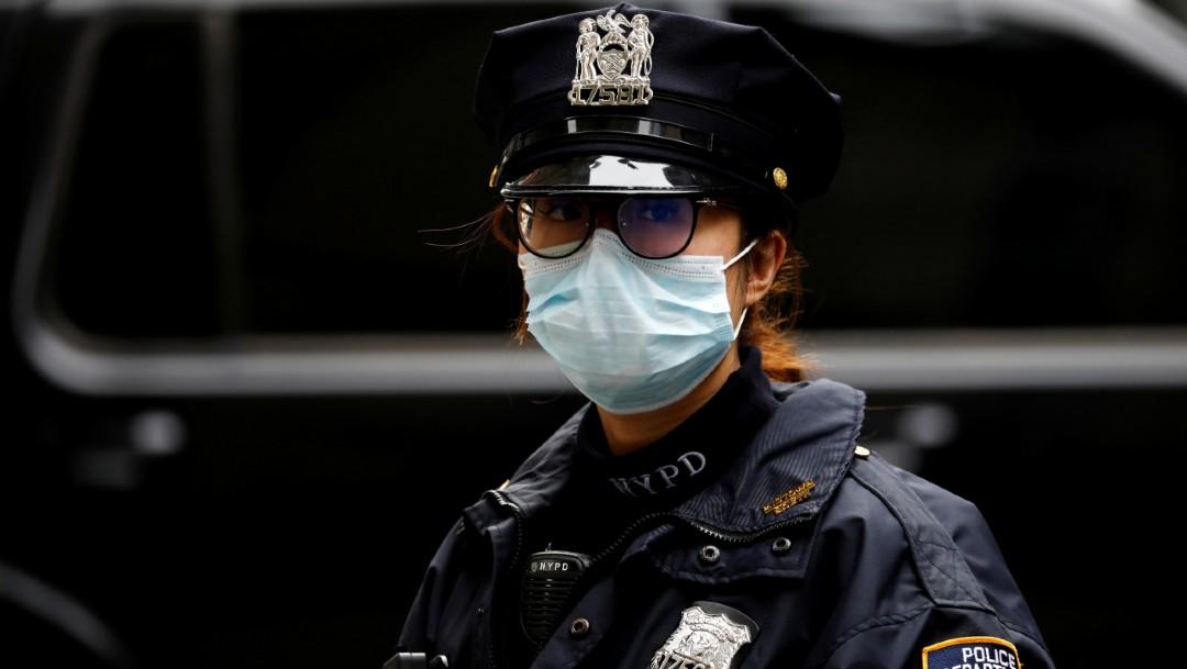 Una oficial del Departamento de Policía de Nueva York trabaja durante el brote de la enfermedad por coronavirus. (Foto: Reuters)