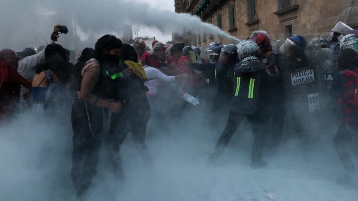 Buscan a mujer que lanzó bomba molotov y lesionó a fotógrafa