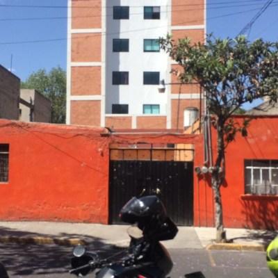 Rescatan a bebé recién nacida que estaba atrapada entre dos muros