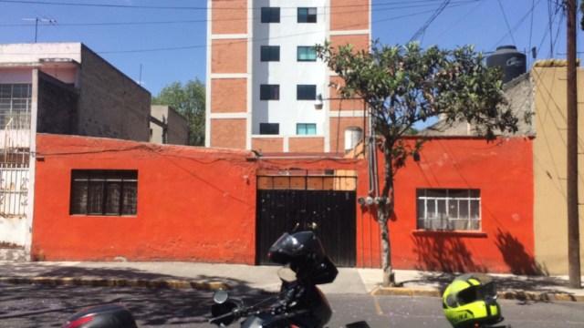FOTO Rescatan a bebé recién nacida que estaba atrapada entre dos muros (Noticieros Televisa)