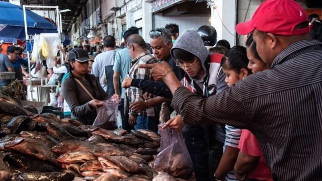 Coronavirus: Abarrotan mercado de mariscos la Nueva Viga