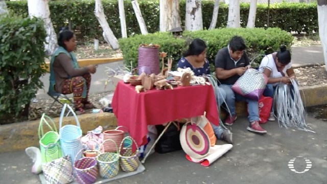 Artesano oaxaqueño intercambia productos por comida en CDMX