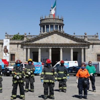 Bomberos rinden homenaje a médicos que atienden emergencia de coronavirus en Guadalajara
