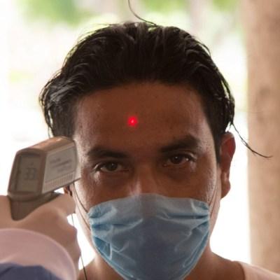 FOTO: Le toman la temperatura a ciudadano mexicano, el 5 de abril de 2020