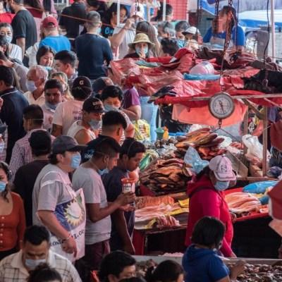 Decenas de personas cenan en puestos callejeros de la CDMX, pese a contingencia