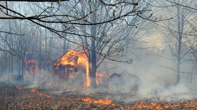 Foto: Bomberos intentan sofocar un incendio cerca de la Central de Chernobyl. Getty Images