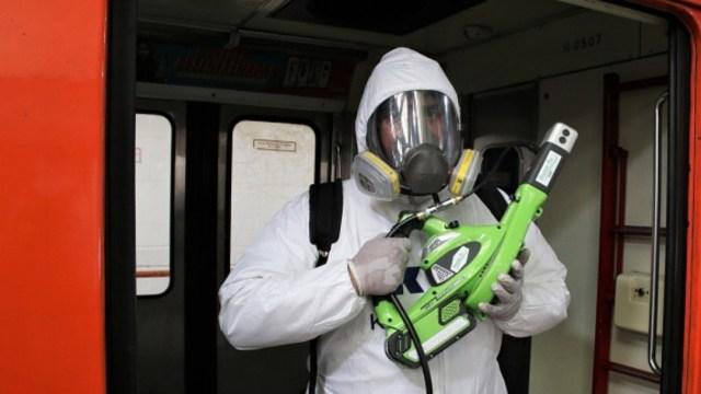 Foto: Personal sanitario limpia un convoy del Metro de la CDMX. Getty Images
