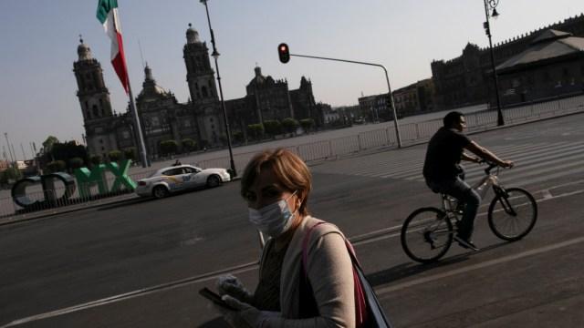 Foto: Una señora usa cubreboca en calles de la Ciudad de México. Reuters