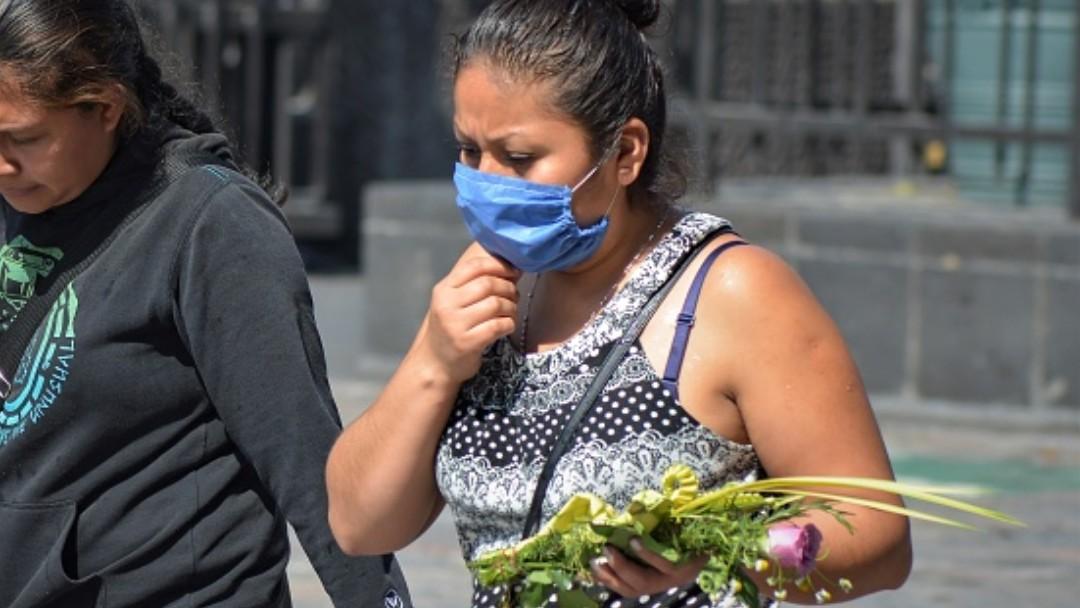 Foto: Una mujer usa cubreboca en calles de México. Getty Images