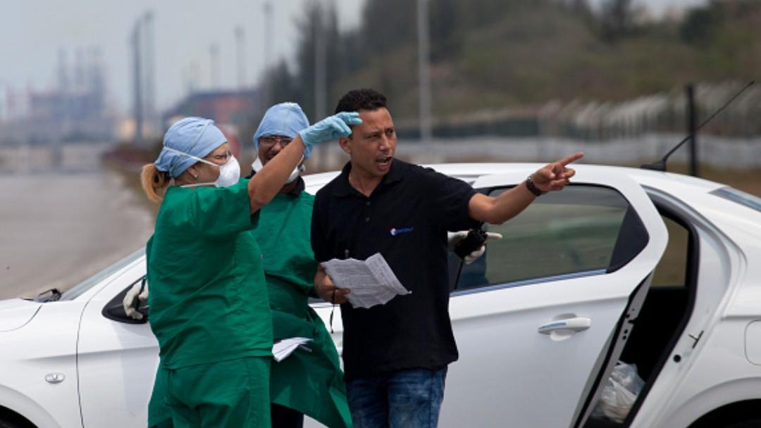Foto: Trabajadores cubanos usan cubrebocas en calles de La Habana. Getty Images