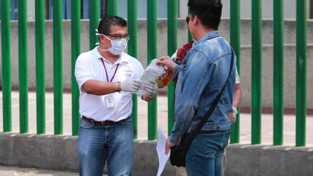 Foto: Jóvenes usan cubrebocas en calles de México. Getty Images