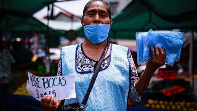Foto: Una mujer vende cubrebocas en calles de la Ciudad de México. Getty Images