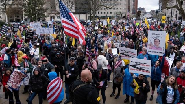 Foto: Grupos armados protestan en el Capitolio de Michigan, EEUU. Reuters
