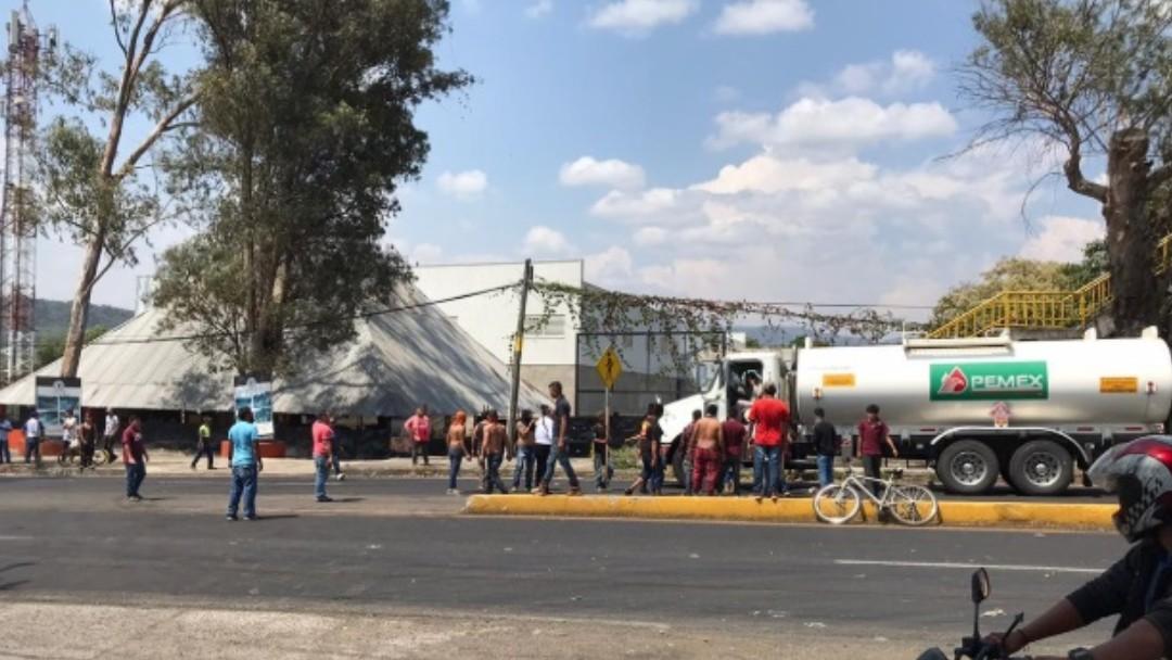 Foto: Jornaleros bloquean una carretera en Uruapan, Michoacán. Twitter/