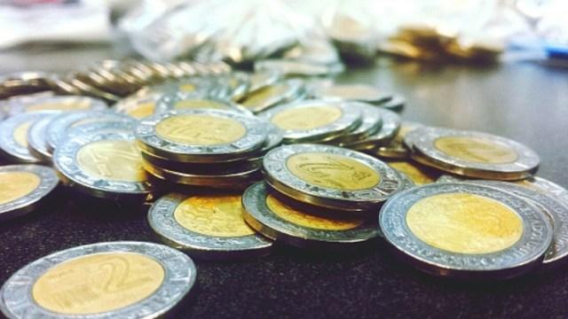Foto: Varias monedas de pesos mexicanos. Getty Images
