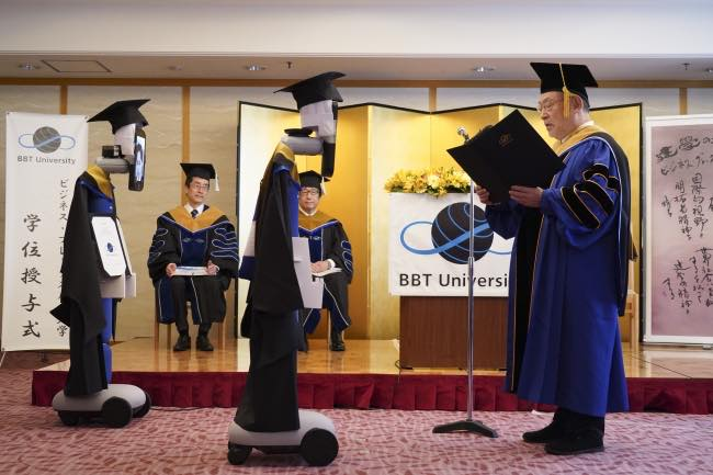 Robots-estudiantes-recien-graduados-diplomas-coronavirus