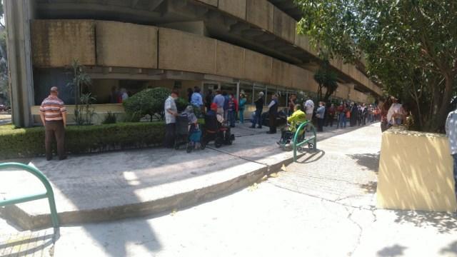 Coronavirus: Pensionados IMSS esperan hora para recibir pago