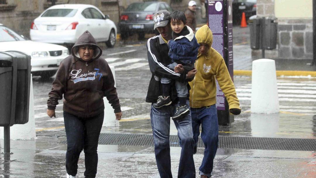 Foto: Una familia se moja debido a la lluvias que se registra en algunos estados de la República Mexicana, 8 abril 2020