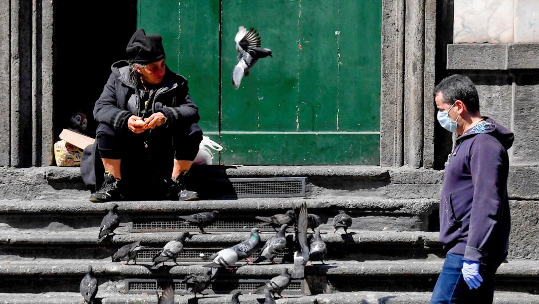 La mafia italiana entrega comida gratis a las familias más pobres. (Foto: EFE)