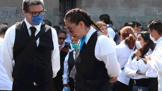 Foto: Mas de un centenar de meseros protestaron en las puertas de Palacio Nacional en Ciudad de México, 3 abril 2020