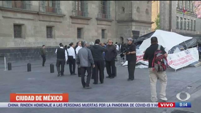 meseros se manifiestan frente a la palacio nacional en cdmx