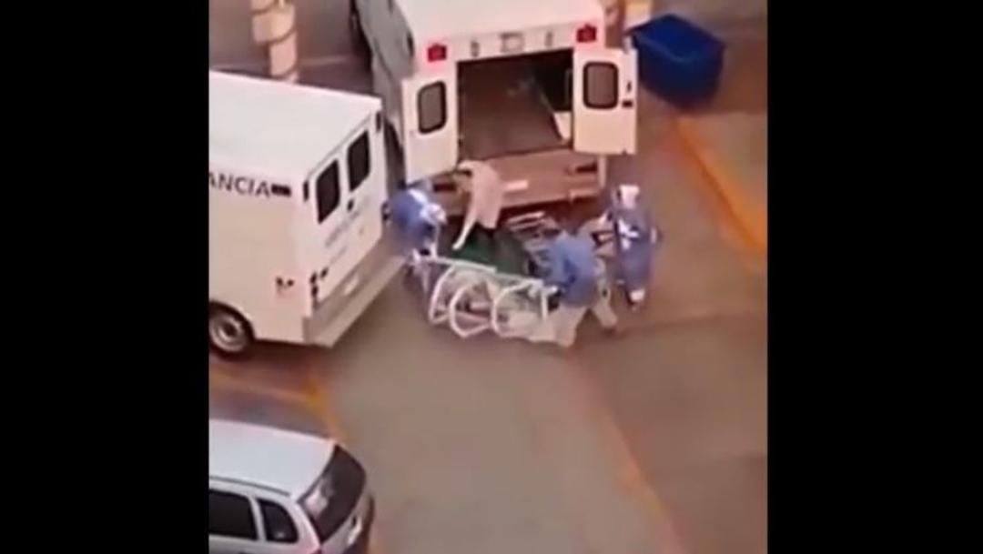 Foto:Camilleros intentan subir a un paciente presuntamente contagiado por coronavirus, pero se les cae, 23 abril 2020