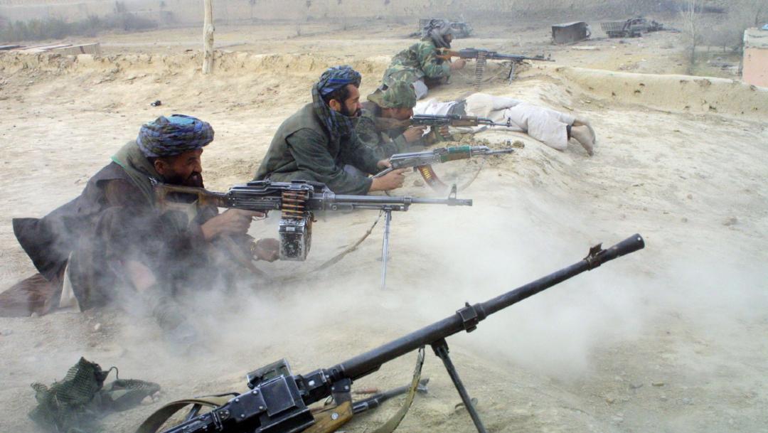 Un grupo de talibanes disparando sus armas. (Getty Images/archivo)