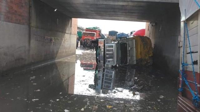 FOTO: Tracto camión vuelca en la Central de Abastos, CDMX, el 4 de abril de 2020