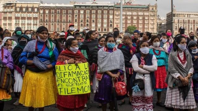 Artesanos indígenas protestan en Zócalo en demanda de apoyos ante COVID-19.