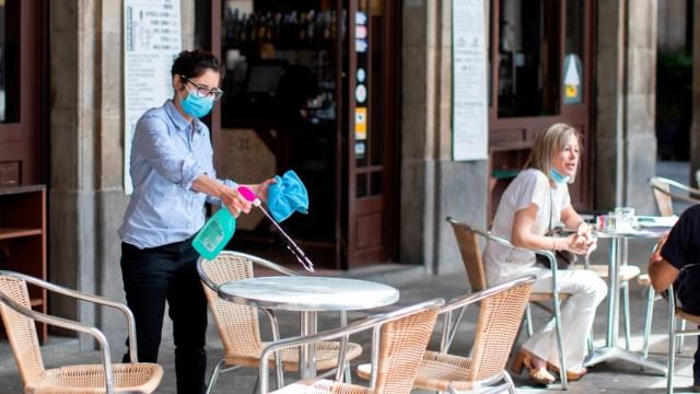 Bares y restaurantes reabren en España tras disminución de muertes por coronavirus