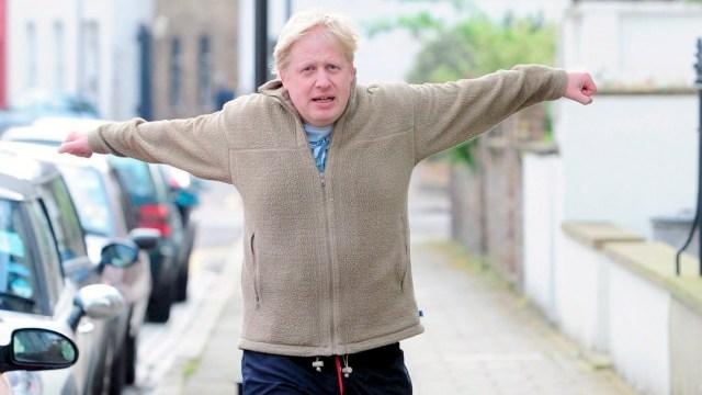 Boris Johnson se ejercita en el palacio de Buckingham