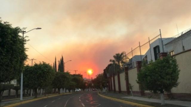 Desde las calles de Zapopan, Jalisco, se podía observar el incedio forestal. Twitter/@Gabo_Orozco