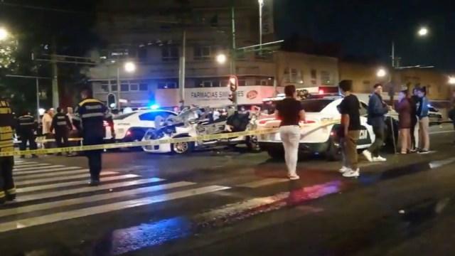 Mueren dos hombres al chocar su auto en la colonia Obrera, CDMX. (Foto: @Enrique_LunaP)