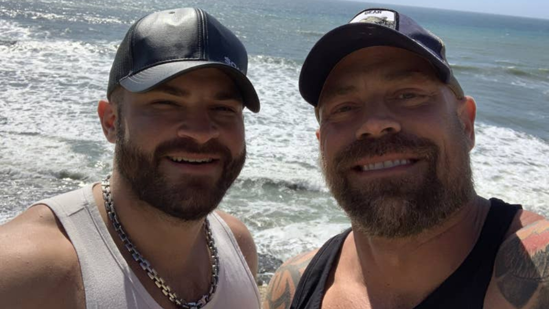 El novio de Mike Schultz y él antes de que contrajera la enfermedad. (Instagram)